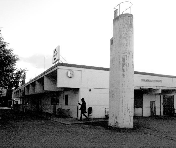 Ahti Korhosen suunnittelema Lapuan linja-autoasema joka purettiin pitkän kiistan jälkeen monta vuotta sitten mutta mitään ei ole tilalle rakennettu.