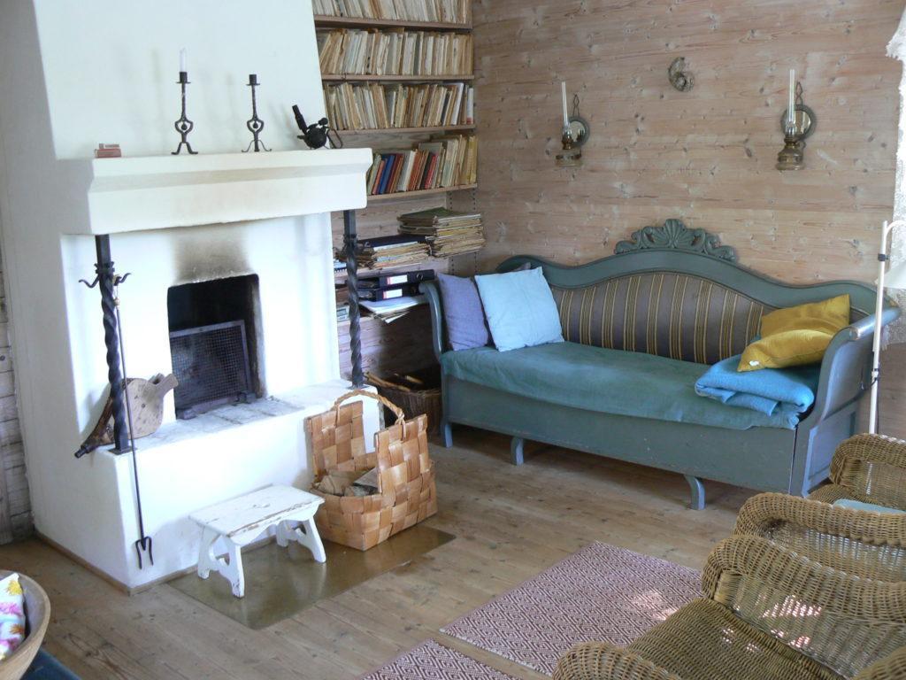 Villa Oivala tupa heinäkuussa 2015. Kirjahylly täynnä Kallioiden vanhoja kirjoja.