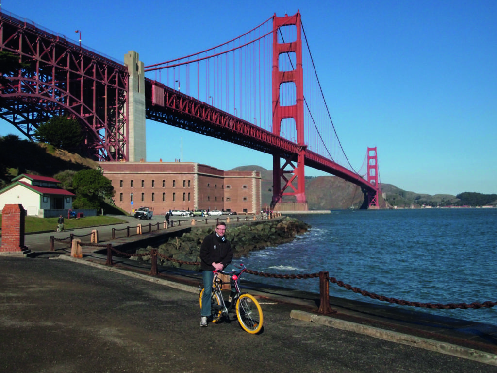 Teppo Lehtinen polkupyörän kanssa. San Fransiscon silta.