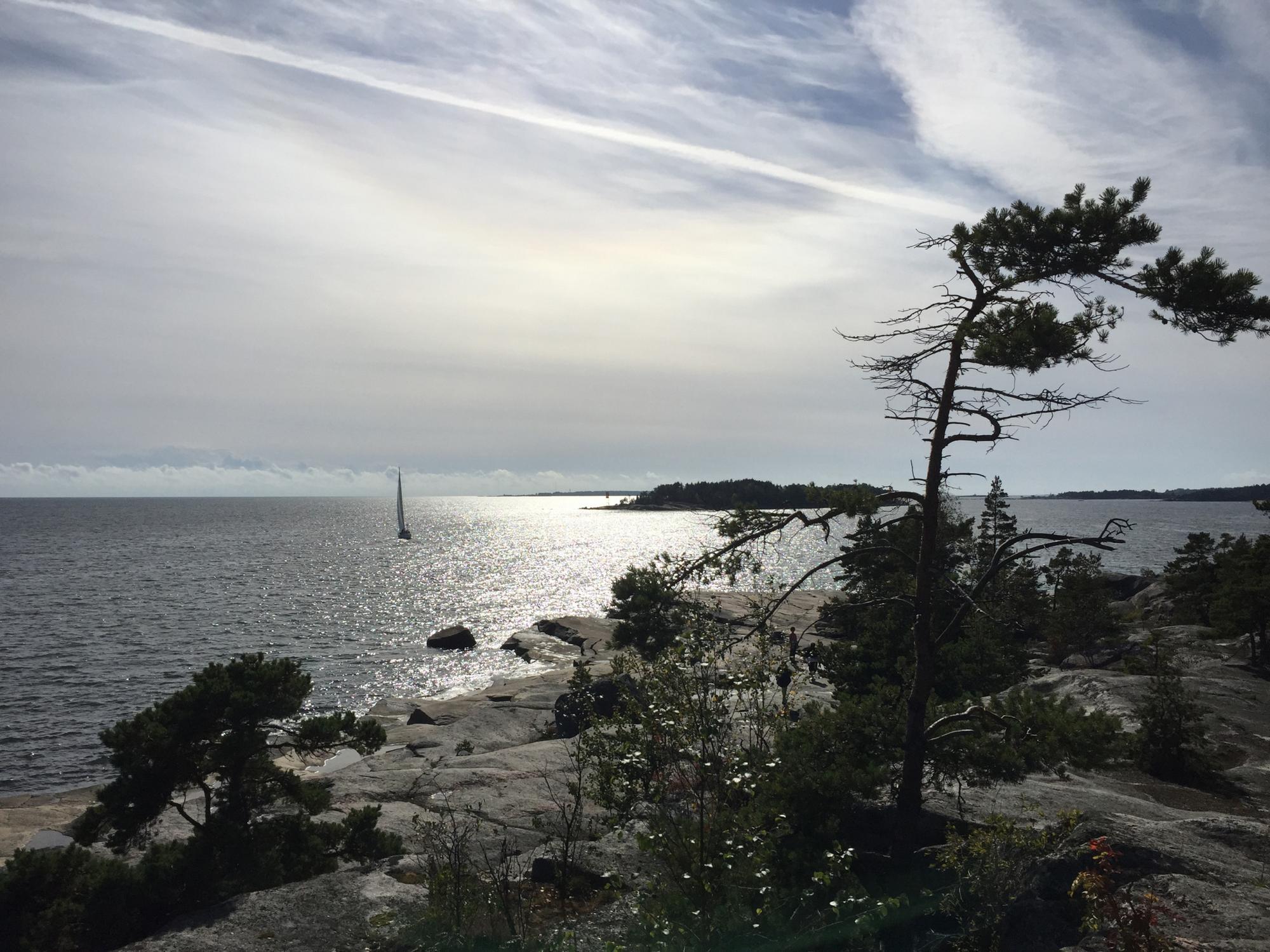 Merimaisema, vene, kallioita.